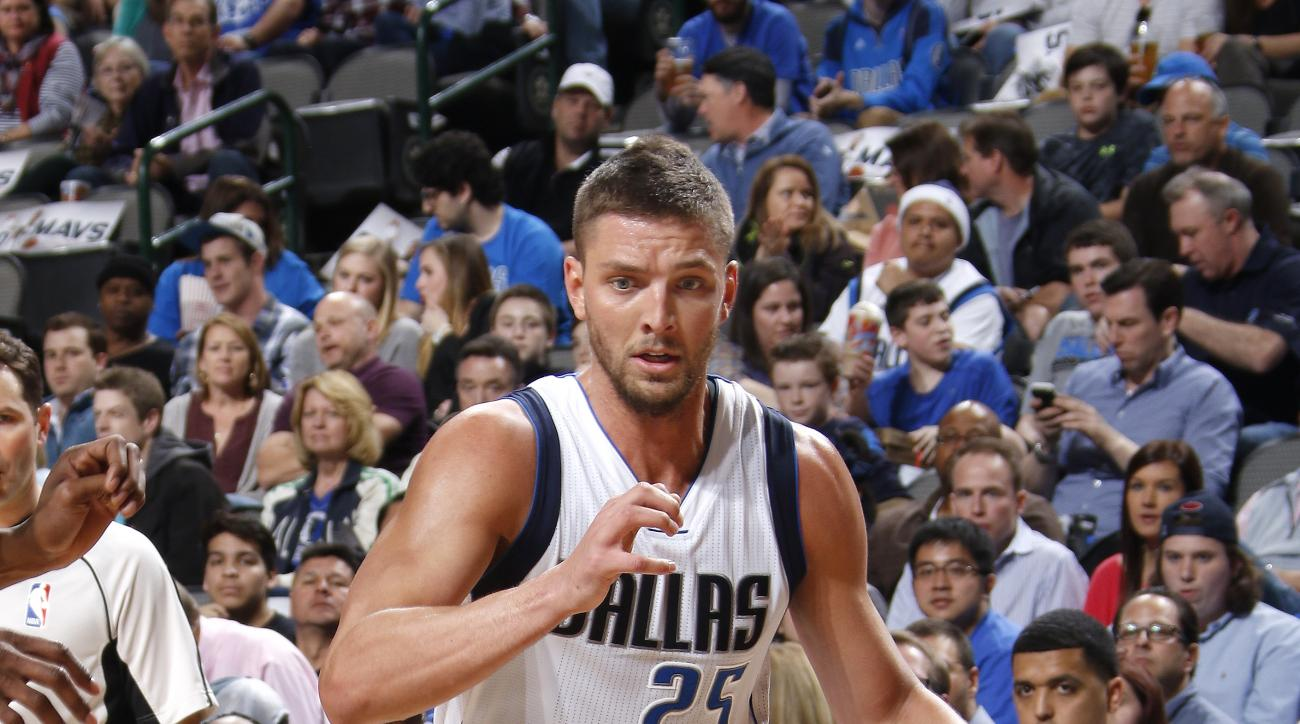 DALLAS, TX - FEBRUARY 28: Chandler Parsons #25 of the Dallas Mavericks drives against the Minnesota Timberwolves on February 28, 2016 at the American Airlines Center in Dallas, Texas. (Photo by Glenn James/NBAE via Getty Images)