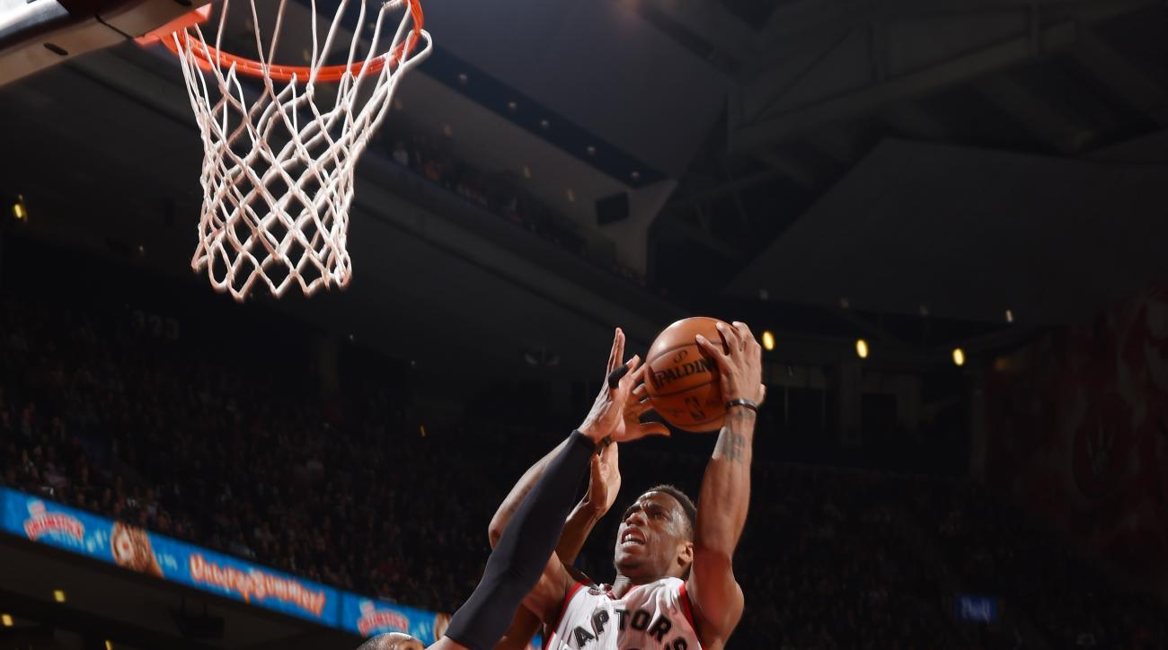 TORONTO, CANADA - MARCH 10: DeMar DeRozan #10 of the Toronto Raptors shoots the ball against the Atlanta Hawks on March 10, 2016 at the Air Canada Centre in Toronto, Ontario, Canada.  (Photo by Ron Turenne/NBAE via Getty Images)