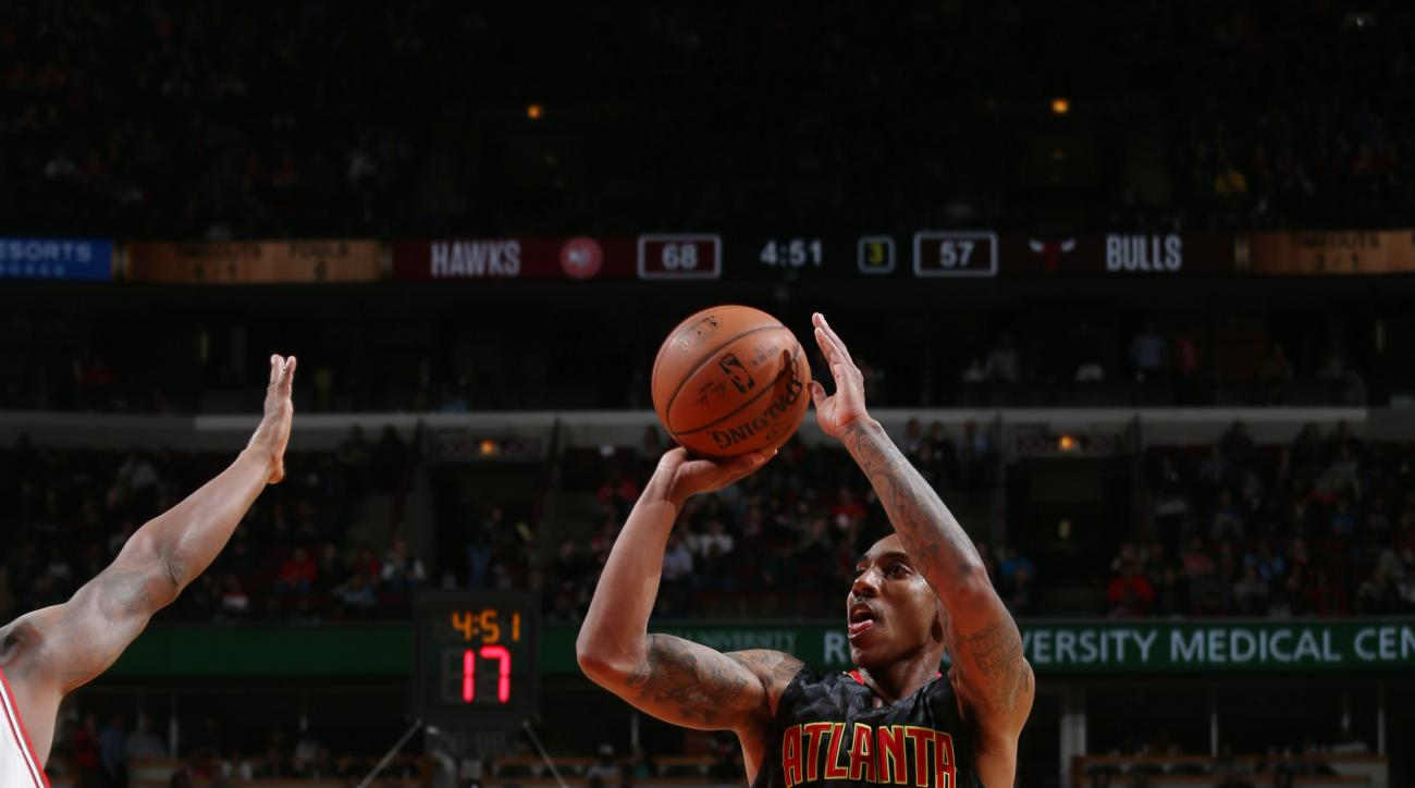 CHICAGO, IL  - MARCH 28: Jeff Teague #0 of the Atlanta Hawks shoots against the Chicago Bulls during the game on March 28, 2016 at United Center in Chicago, Illinois. (Photo by Gary Dineen/NBAE via Getty Images)