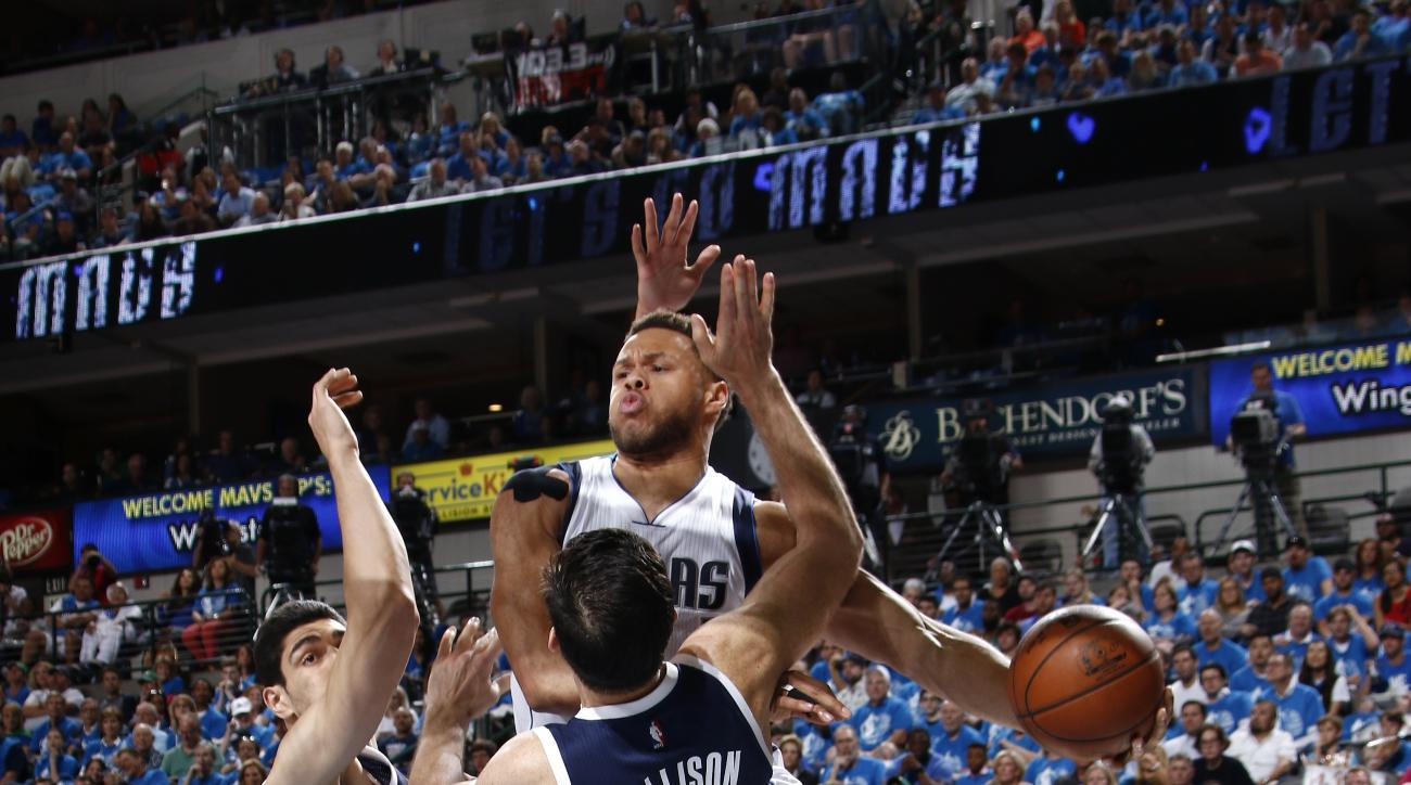 DALLAS, TX - APRIL 23: Justin Anderson #1 of the Dallas Mavericks shovels a pass to a teammate against the Oklahoma City Thunder in Game Four of the Western Conference Quarterfinals of the 2016 NBA Playoffs on April 23, 2016 at the American Airlines Cente