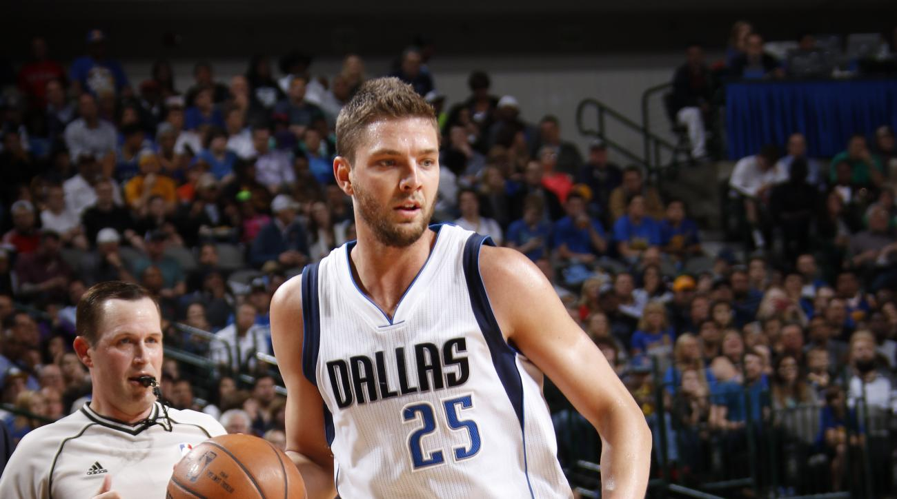 DALLAS, TX - MARCH 18:  Chandler Parsons #25 of the Dallas Mavericks dribbles the ball against the Golden State Warriors on March 18, 2016 at the American Airlines Center in Dallas, Texas. (Photo by Glenn James/NBAE via Getty Images)