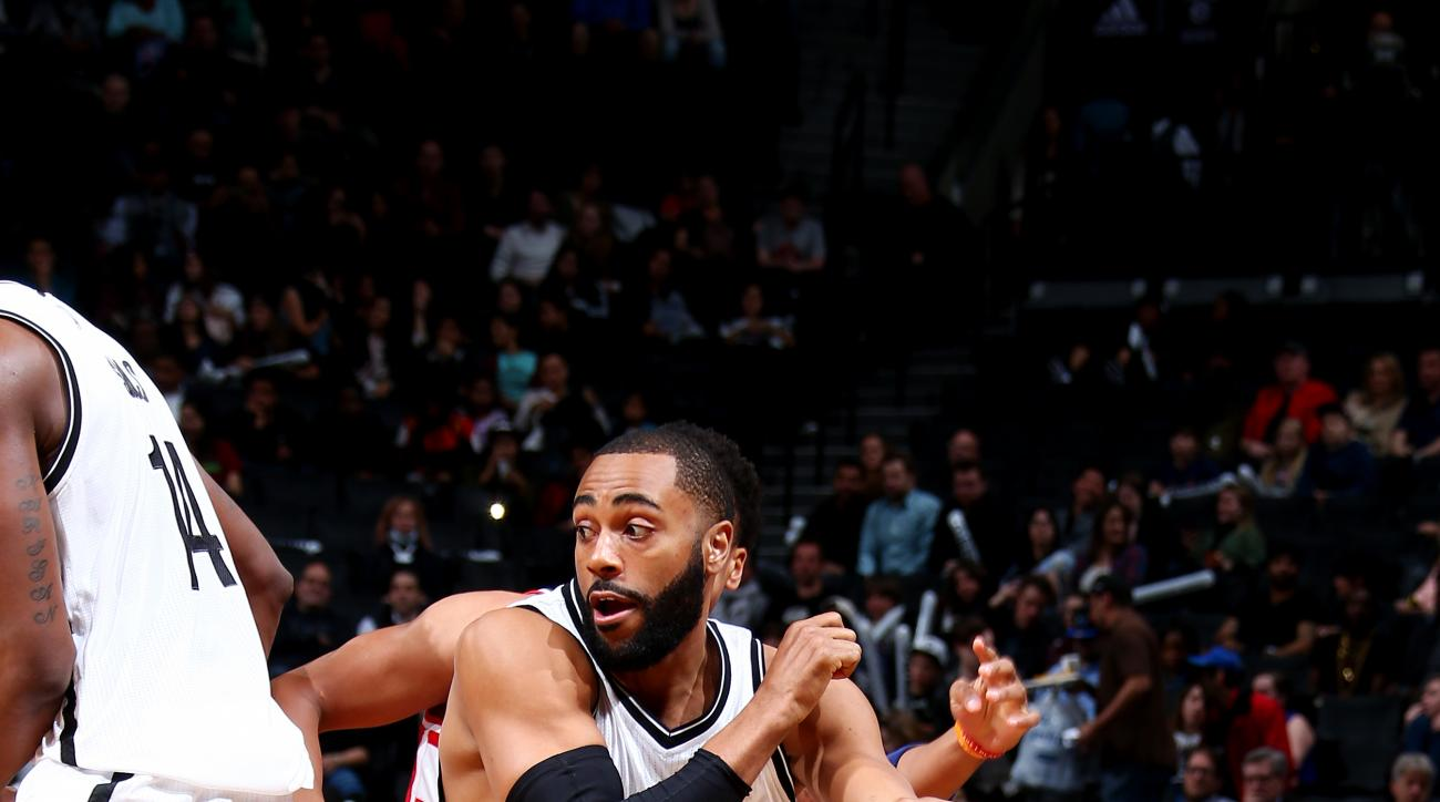 BROOKLYN, NY - APRIL 11: Wayne Ellington #21 of the Brooklyn Nets handles the ball against the Washington Wizards on April 11, 2016 at Barclays Center in Brooklyn, New York. (Photo by Nathaniel S. Butler/NBAE via Getty Images)