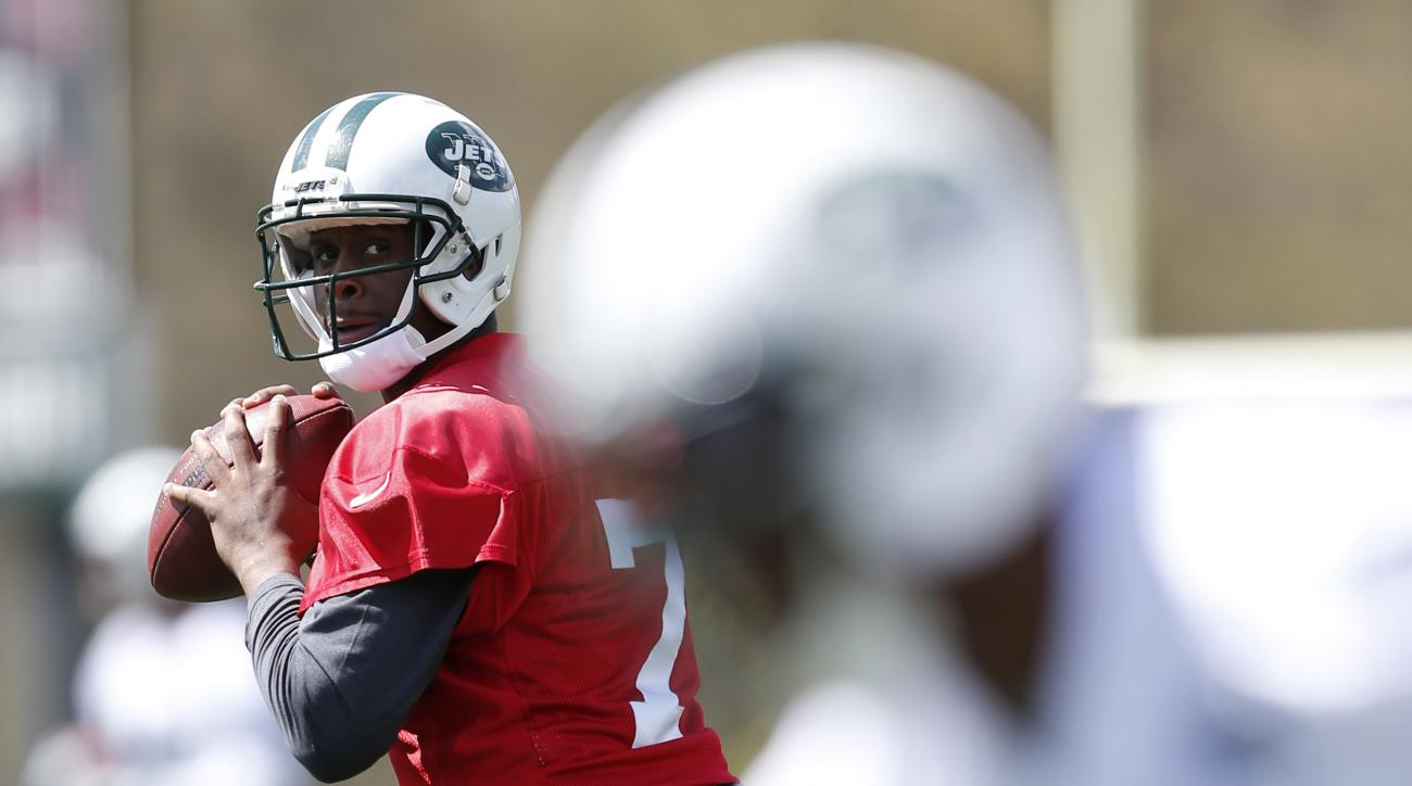 New York Jets quarterback Geno Smith, left, looks to throw during voluntary minicamp ahead of the NFL football season, Tuesday, April 28, 2015, in Florham Park, N.J. (AP Photo/Julio Cortez)