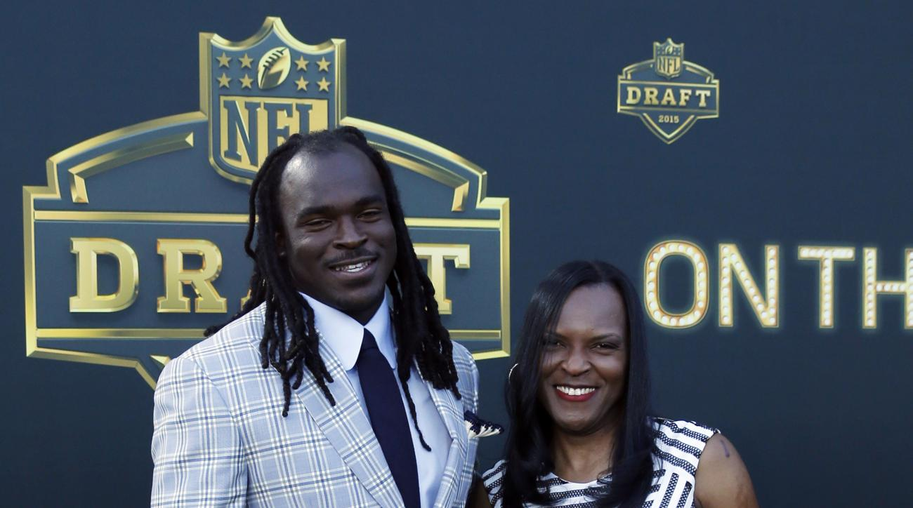 Central Florida wide receiver Breshad Perriman poses for photos with his mother Laundria Perriman, upon arriving for the first round of the 2015 NFL Football Draft at the Auditorium Theater of Roosevelt University, Thursday, April 30, 2015, in Chicago. (A
