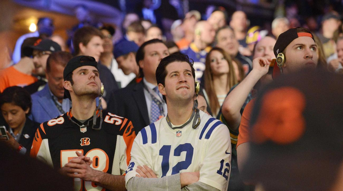 Fans watch  the first round of the 2015 NFL Draft, Thursday, April 30, 2015, in Chicago. (John Starks/Daily Herald via AP)