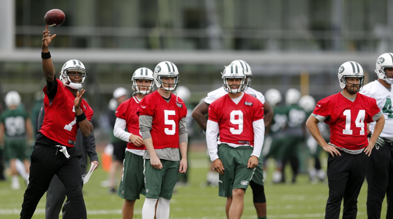 New York Jets quarterback Geno Smith (7) throws as quarterbacks Matt Simms (5), Bryce Petty (9), and Ryan Fitzpatrick (14) look on during an NFL football organized team activity, Wednesday, May 20, 2015, in Florham Park, N.J. (AP Photo/Julio Cortez)