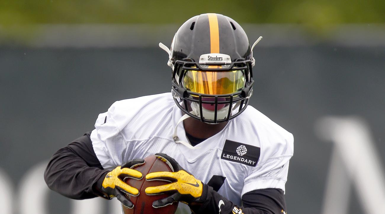 In this photo taken Tuesday, May 26, 2015, Pittsburgh Steelers running back Le'Veon Bell (26) runs drills during an NFL football organized team activity in Pittsburgh. The Steelers new running back DeAngelo Williams is expected to start the first three ga