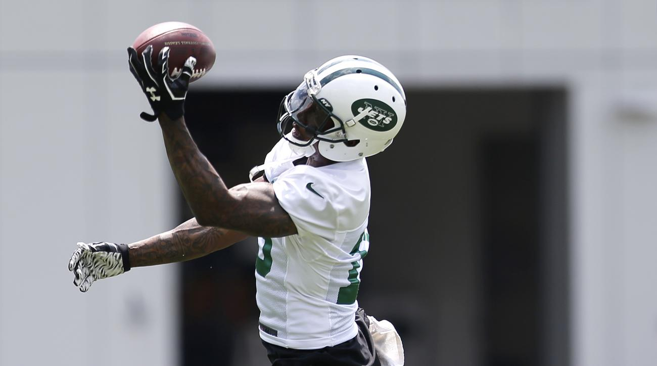 New York Jets wide receiver Brandon Marshall makes a one-handed grab during NFL football minicamp, Wednesday, June 10, 2015, in Florham Park, N.J. (AP Photo/Julio Cortez)