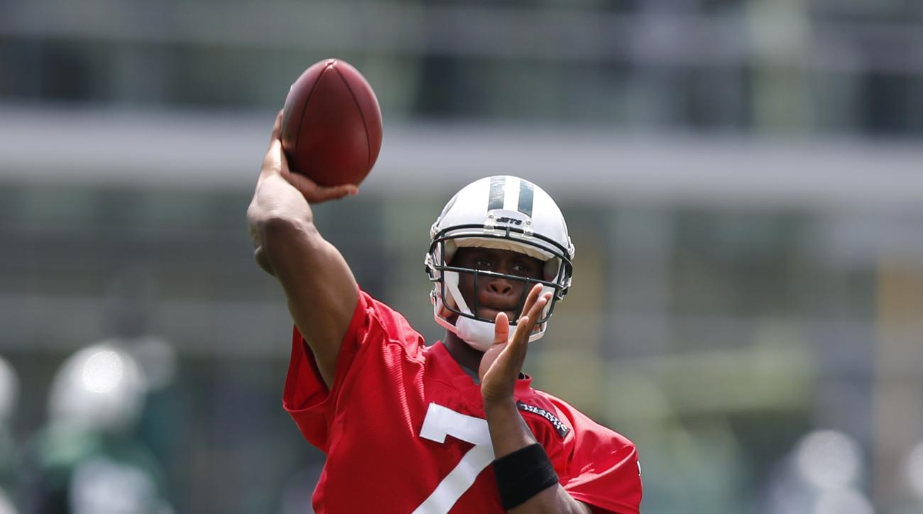 New York Jets quarterback Geno Smith throws a pass during NFL football minicamp, Wednesday, June 10, 2015, in Florham Park, N.J. (AP Photo/Julio Cortez)