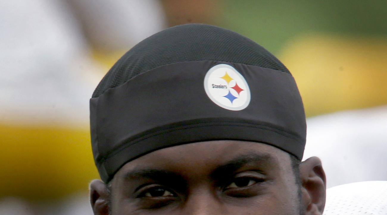 Pittsburgh Steelers quarterback Michael Vick stretches during practice for the NFL football team, Wednesday, Aug. 26, 2015, in Pittsburgh. The Steelers signed Vick to a 1-year deal to replace backup Bruce Gradkowski, out with a hand injury. (AP Photo/Keit