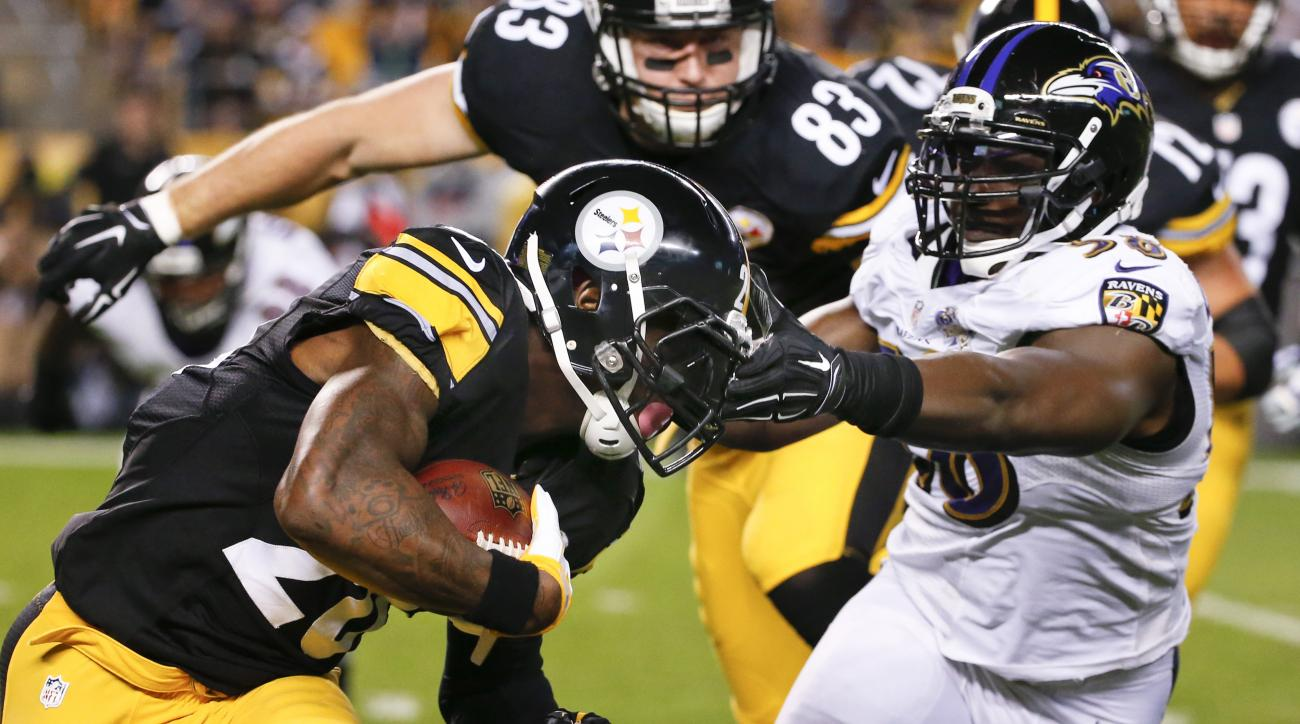 Pittsburgh Steelers running back Le'Veon Bell, left, runs the ball as Baltimore Ravens outside linebacker Elvis Dumervil, right, pursues in the first quarter of an NFL football game, Thursday, Oct. 1, 2015 in Pittsburgh. (AP Photo/Gene J. Puskar)