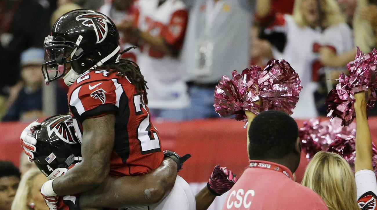 Atlanta Falcons running back Devonta Freeman (24) celebrates his touchdown with Atlanta Falcons wide receiver Roddy White (84) against the Houston Texans during the first half of an NFL football game, Sunday, Oct. 4, 2015, in Atlanta. (AP Photo/David Gold