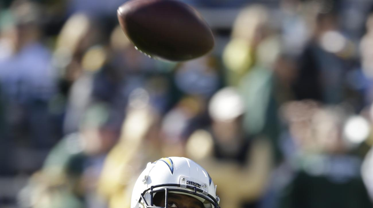 San Diego Chargers' Antonio Gates warms up before the start of an NFL football game between the Green Bay Packers and the San Diego Chargers, Sunday, Oct. 18, 2015, in Green Bay, Wis. (AP Photo/Jeffrey Phelps)