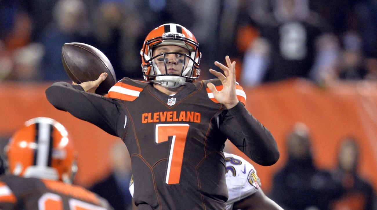 Cleveland Browns quarterback Austin Davis (7) throws for a 42-yard touchdown to Travis Benjamin during the second half of an NFL football game against the Baltimore Ravens, Monday, Nov. 30, 2015, in Cleveland. (AP Photo/David Richard)