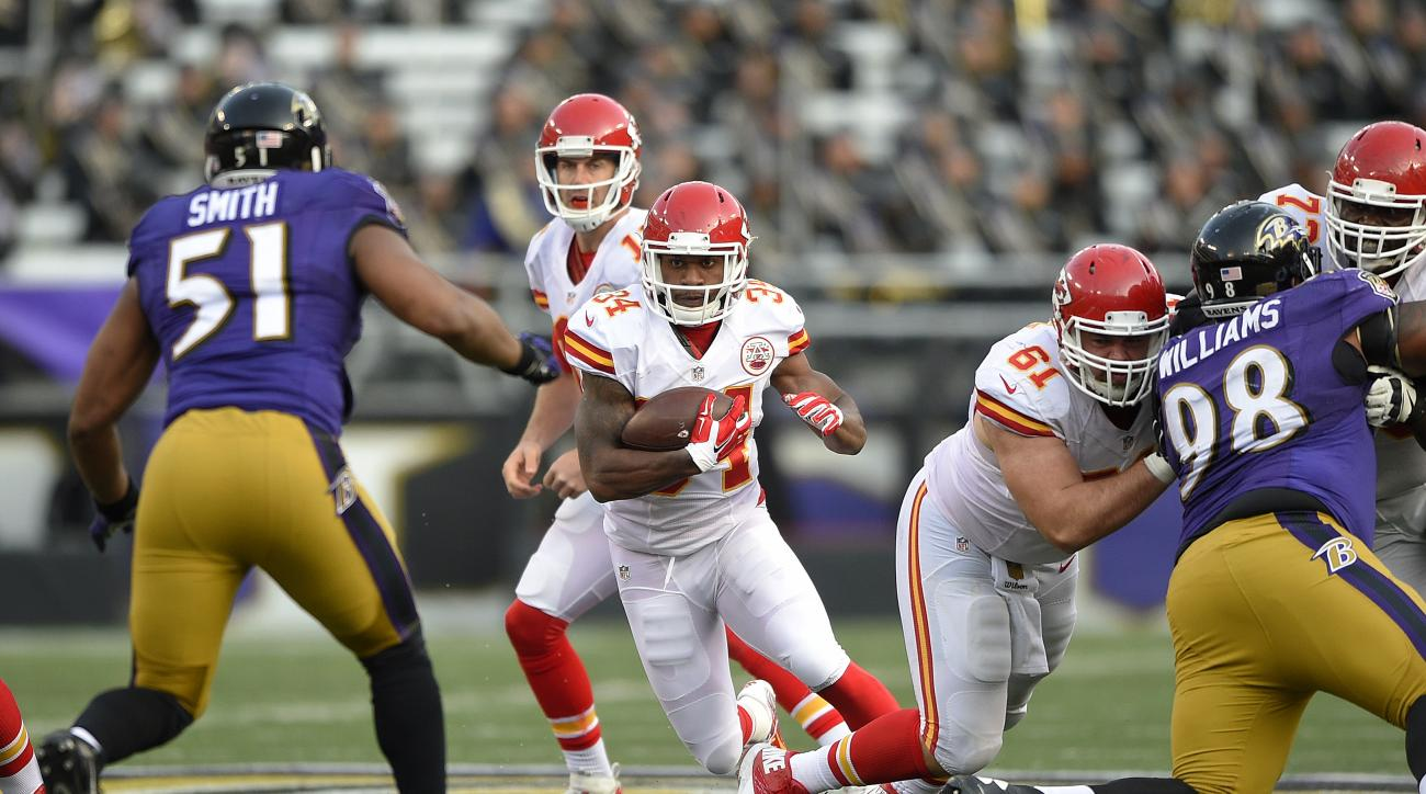 Kansas City Chiefs running back Knile Davis (34) rushes the ball after taking a handoff from Kansas City Chiefs quarterback Alex Smith, back center, in the second half of an NFL football gameagainst the Baltimore Ravens, Sunday, Dec. 20, 2015, in Baltimor