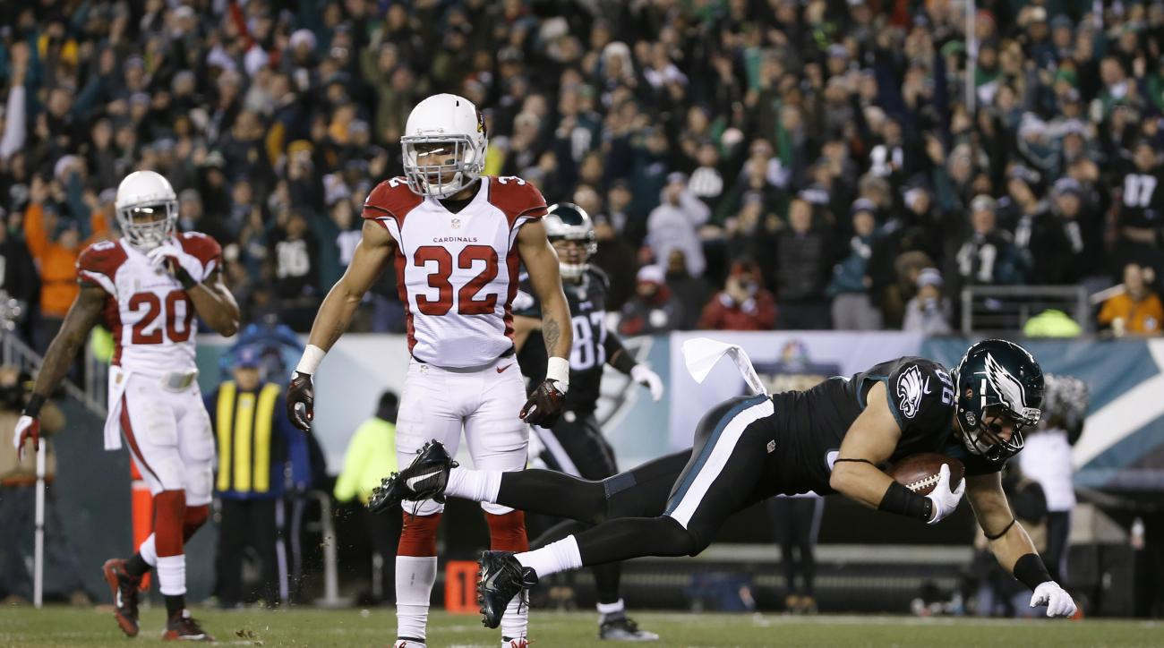 Philadelphia Eagles' Zach Ertz (86) scores a touchdown past Arizona Cardinals' Tyrann Mathieu (32) and Deone Bucannon (20) during the first half of an NFL football game, Sunday, Dec. 20, 2015, in Philadelphia. (AP Photo/Michael Perez)
