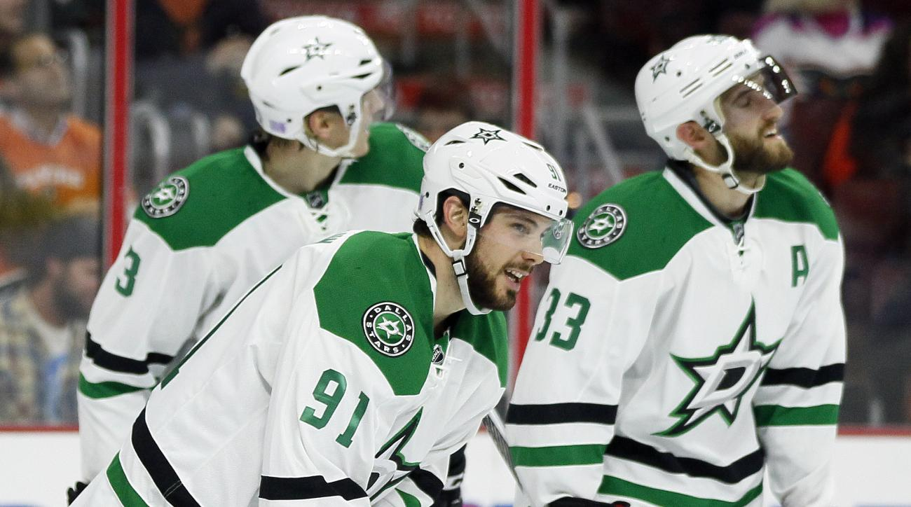 Dallas Stars' Tyler Seguin, center, skates back to the bench after scoring a goal during the first period of an NHL hockey game against the Philadelphia Flyers Tuesday, Oct. 20, 2015 in Philadelphia. (AP Photo/Tom Mihalek)