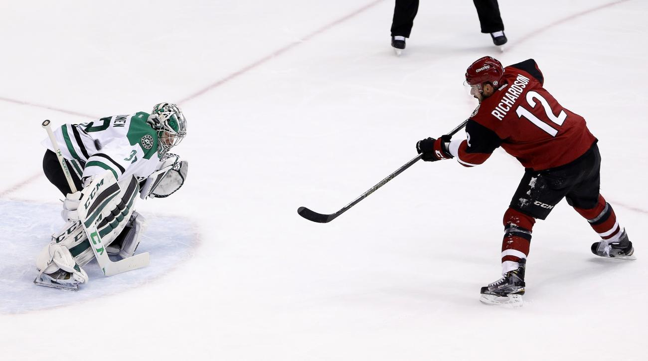 Arizona Coyotes' Brad Richardson (12) sends a penalty shot wide of Dallas Stars' Kari Lehtonen, left, of Finland, during the second period of an NHL hockey game, Thursday, March 24, 2016, in Glendale, Ariz. (AP Photo/Ross D. Franklin)
