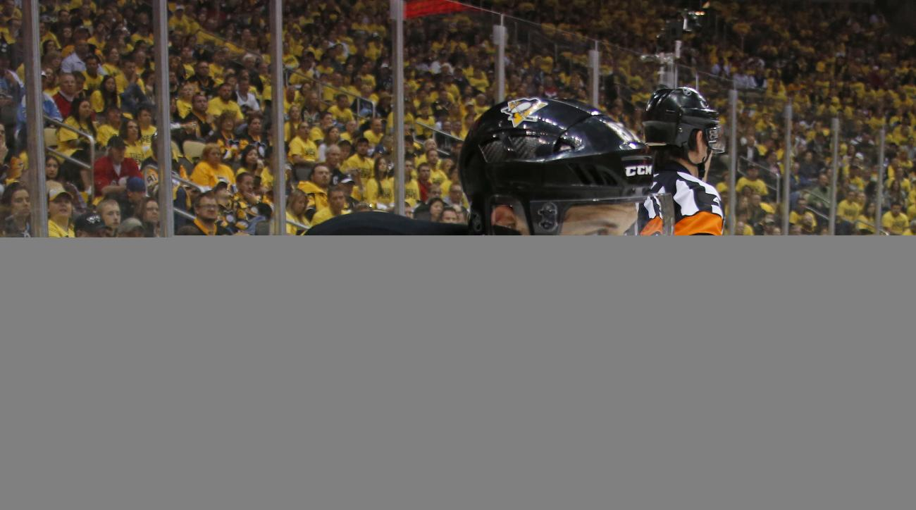Pittsburgh Penguins Sidney Crosby (87) carries the puck during the second period of Game 3 against the Washington Capitals in an NHL hockey Stanley Cup Eastern Conference semifinals in Pittsburgh, Monday, May 2, 2016. (AP Photo/Gene J. Puskar)