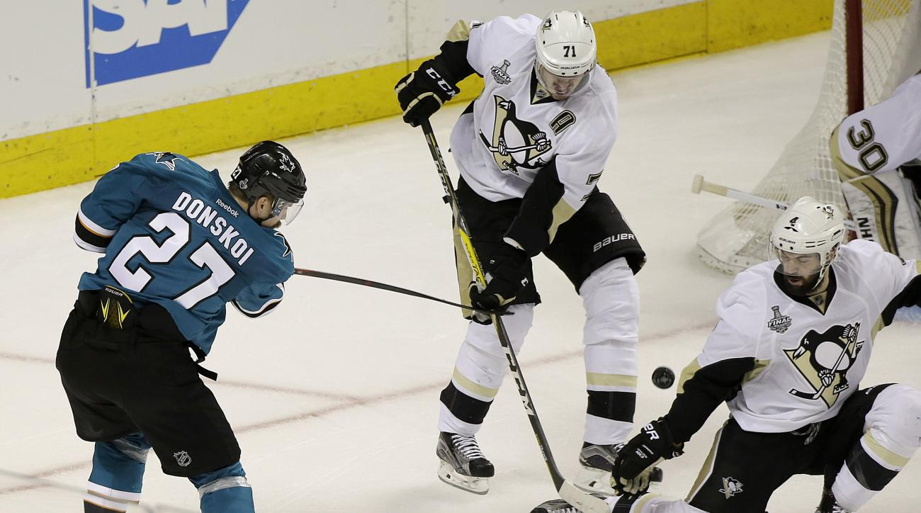 San Jose Sharks right wing Joonas Donskoi (27), from Finland, scores the winning goal against the Pittsburgh Penguins during overtime of Game 3 of the NHL hockey Stanley Cup Finals in San Jose, Calif., Saturday, June 4, 2016. The Sharks won 3-2. (AP Photo