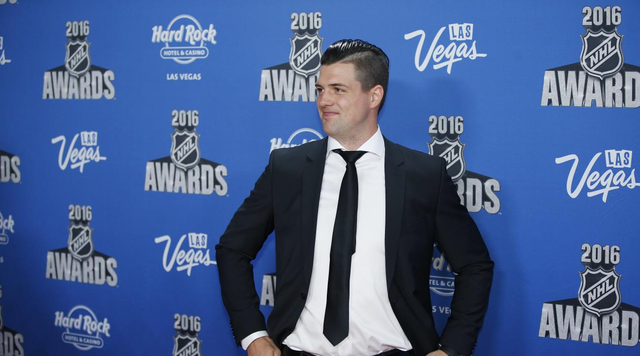 Dallas Stars' Jamie Benn poses on the red carpet at the NHL Awards show, Wednesday, June 22, 2016, in Las Vegas. (AP Photo/John Locher)