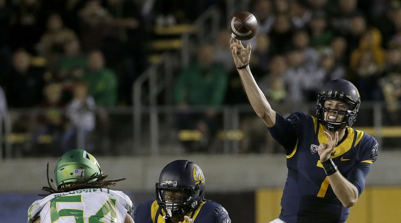 California quarterback Davis Webb (7) passes against Oregon during the first half of an NCAA college football game in Berkeley, Calif., Friday, Oct. 21, 2016. (AP Photo/Jeff Chiu)
