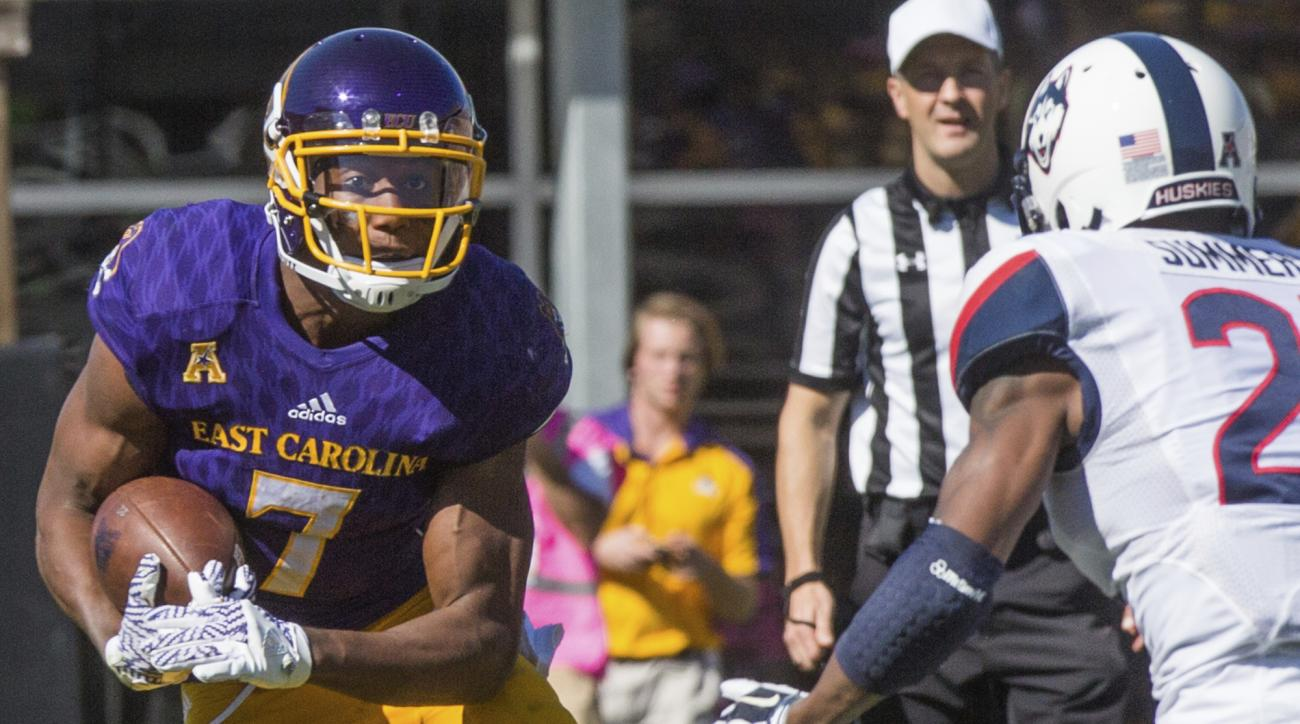 East Carolina's Zay Jones (7) runs past Connecticut's Jamar Summers (21)  during an NCAA college football game Saturday, Oct. 29, 2016, in Greenville, N.C. (Joe Pellegrino/The Daily Reflector via AP)