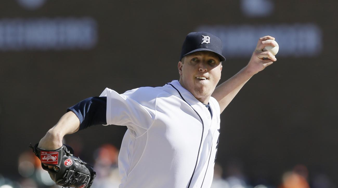 Detroit Tigers relief pitcher Tom Gorzelanny throws during the eighth inning of a baseball game against the Minnesota Twins, Sunday, Sept. 27, 2015 in Detroit. (AP Photo/Carlos Osorio)