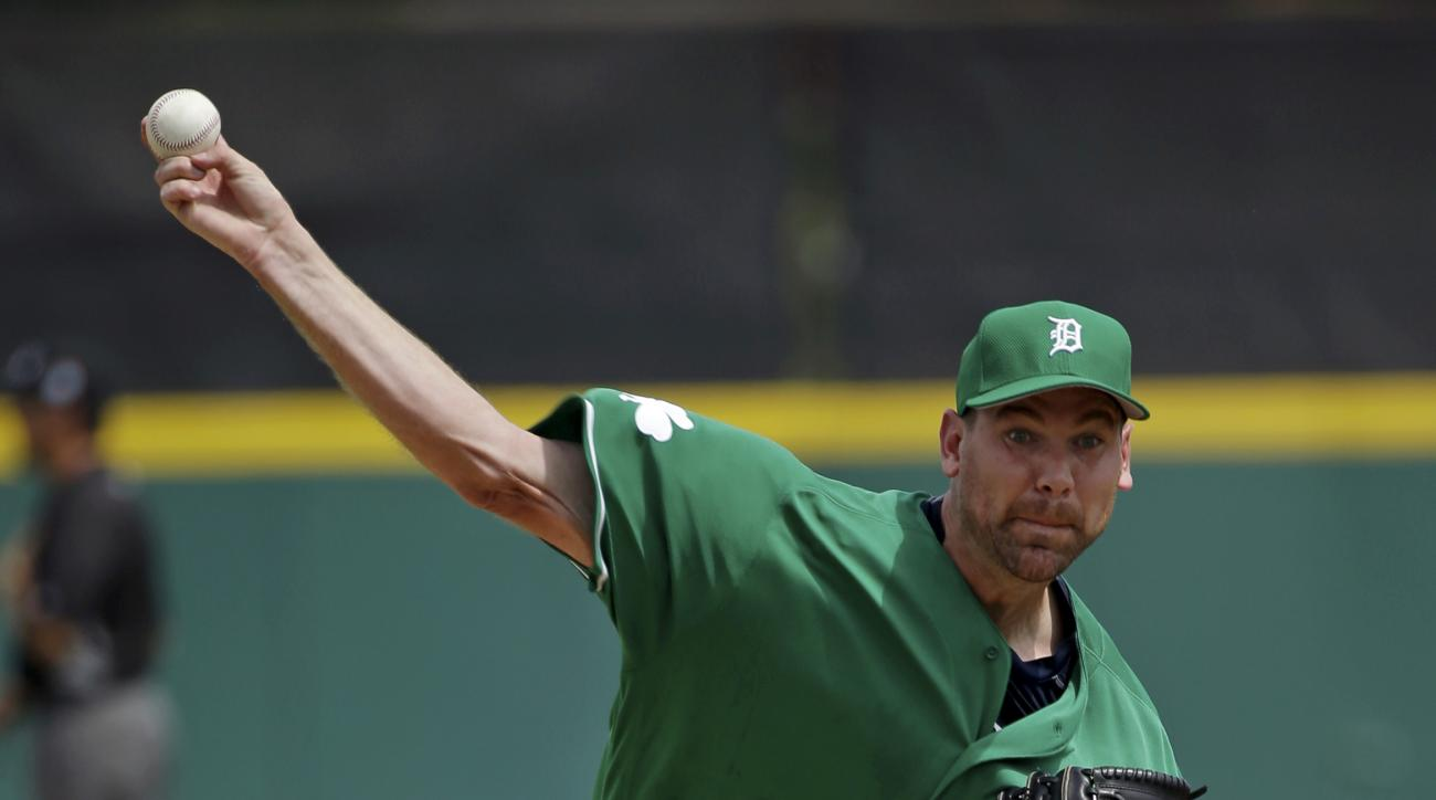 Detroit Tigers starting pitcher Mike Pelfrey throws against the St. Louis Cardinals in the first inning of a spring training baseball game, Thursday, March 17, 2016, in Lakeland, Fla. (AP Photo/John Raoux)