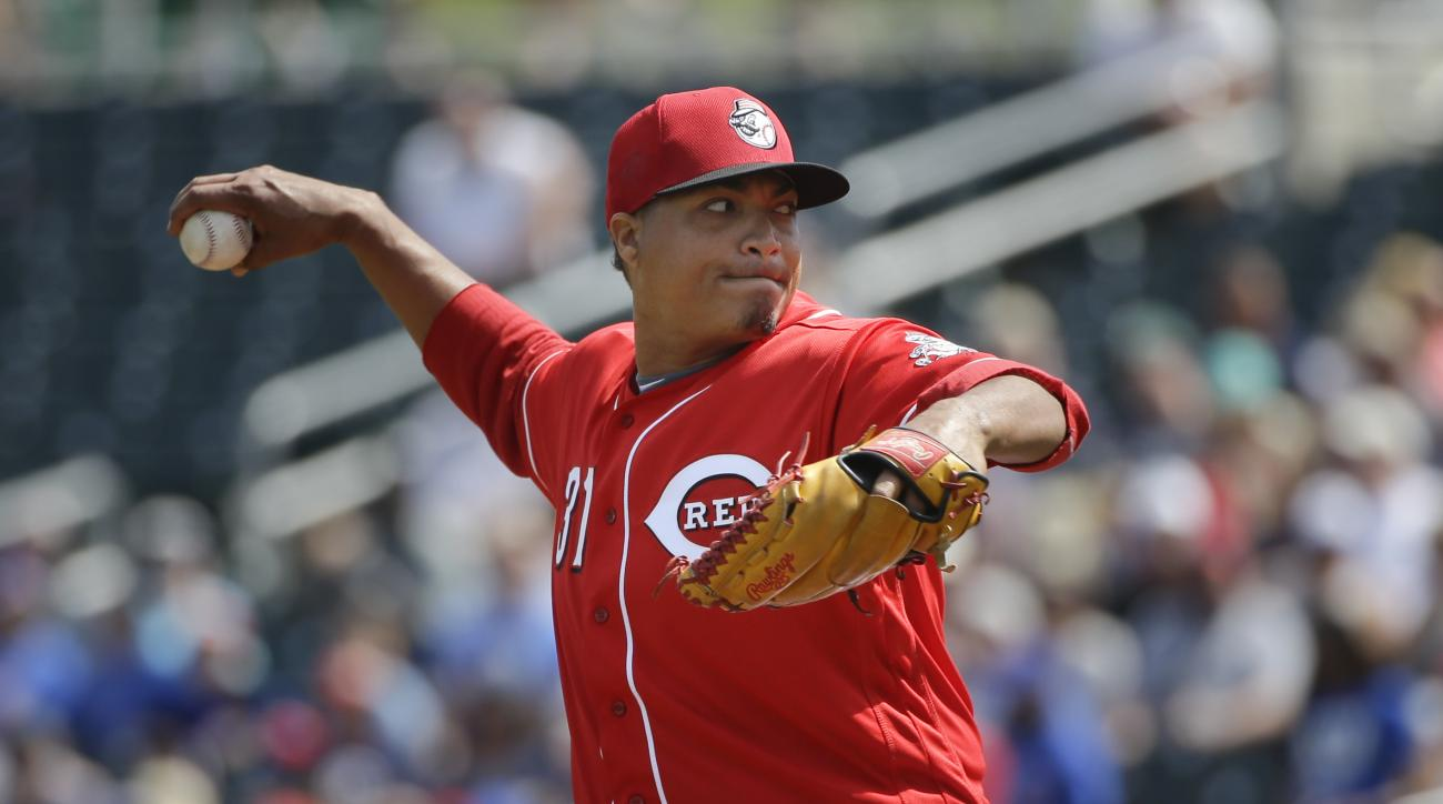 Cincinnati Reds starting pitcher Alfredo Simon throws against the Chicago Cubs during the first inning of a spring training baseball game Tuesday, March 22, 2016, in Goodyear, Ariz. (AP Photo/Jae C. Hong)