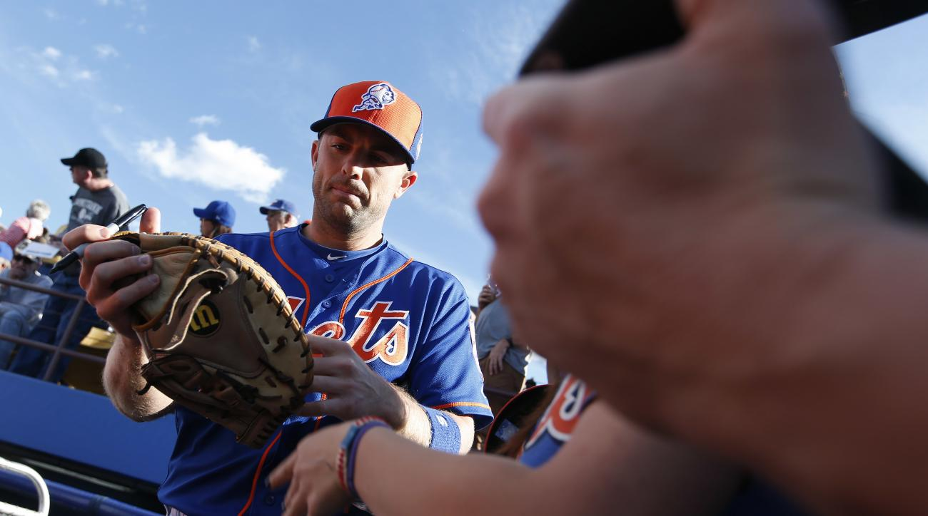 New York Mets' David Wright signs autographs for fans before an exhibition baseball game against the Chicago Cubs, Thursday, March 31, 2016, in Las Vegas. (AP Photo/John Locher)