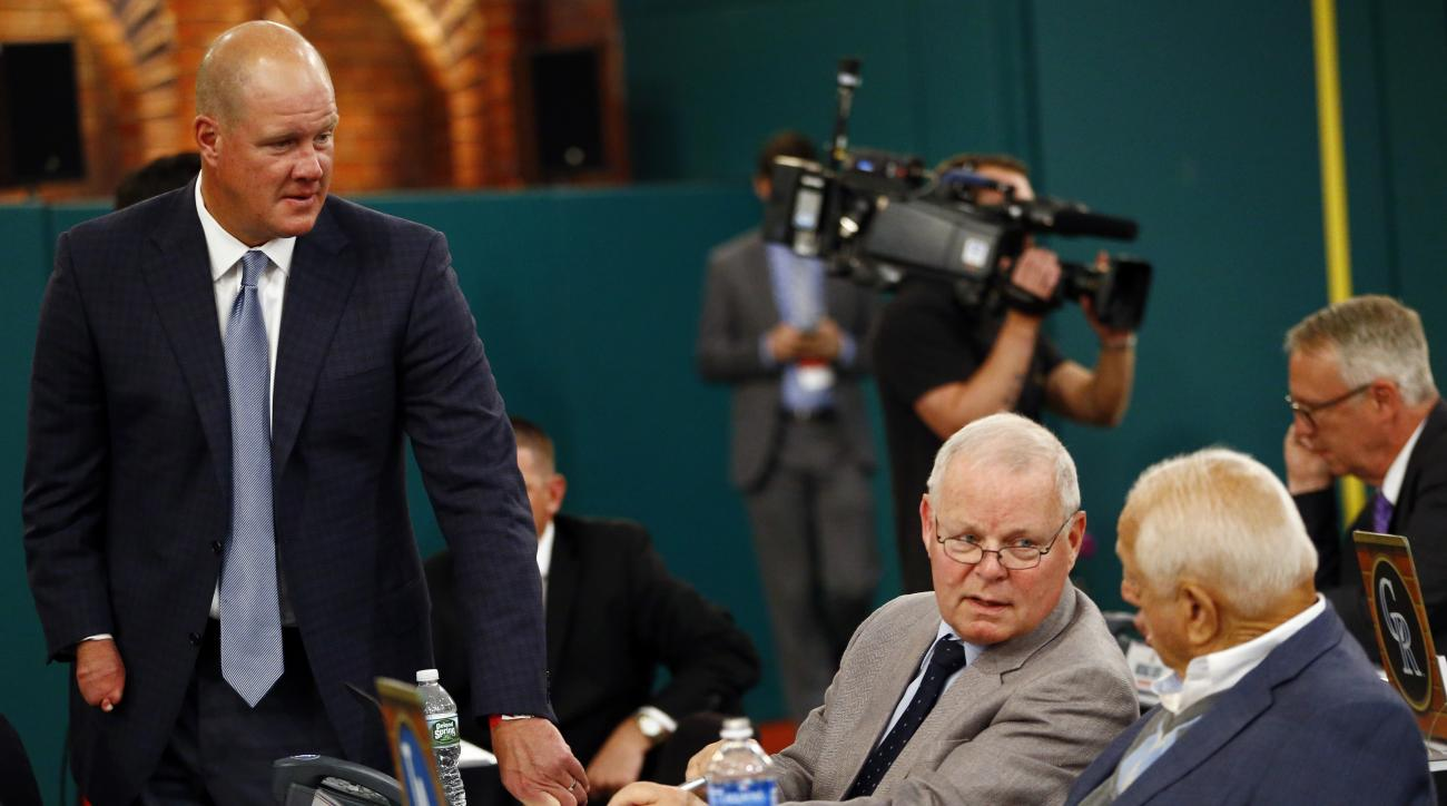 Former pitcher Jim Abbott, left, talks to Los Angeles Dodgers scout Gary Nickels and former Dodgers manager Tommy Lasorda, right, during the baseball draft, Thursday, June 9, 2016, in Secaucus, N.J. (AP Photo/Julio Cortez)