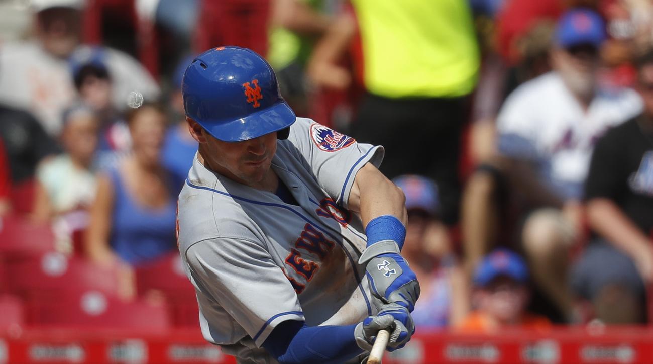 New York Mets' Matt Reynolds hits an RBI single off Cincinnati Reds starting pitcher Alfredo Simon in the seventh inning of a baseball game, Monday, Sept. 5, 2016, in Cincinnati. (AP Photo/John Minchillo)