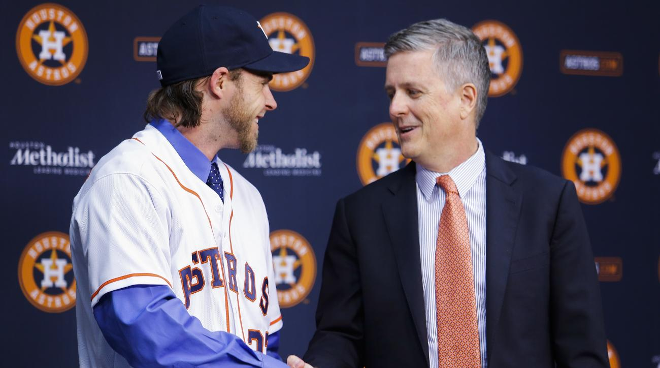 Houston Astros new outfielder Josh Reddick, left, shakes hands with general manager Jeff Luhnow as he is introduced at Minute Maid Park in Houston, Wednesday, Nov. 23, 2016. ( Michael Ciaglo/Houston Chronicle via AP)