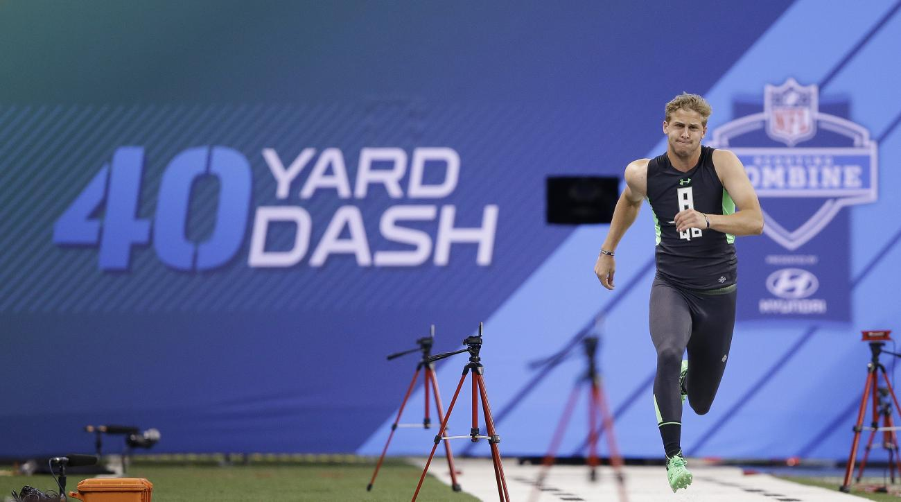California quarterback Jared Goff runs the 40-yard dash at the NFL football scouting combine in Saturday, Feb. 27, 2016, in Indianapolis. (AP Photo/Darron Cummings)