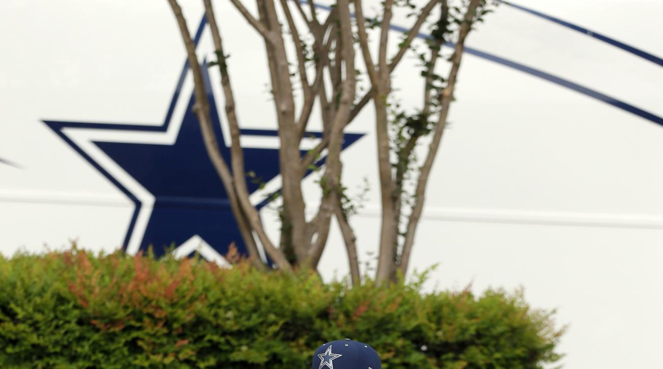 The Dallas Cowboys' first-round NFL football draft pick, Ezekiel Elliott, arrives at Valley Ranch, the team's headquarters and training facility, Friday, April 29, 2016, in Irving, Texas. (AP Photo/Tony Gutierrez)