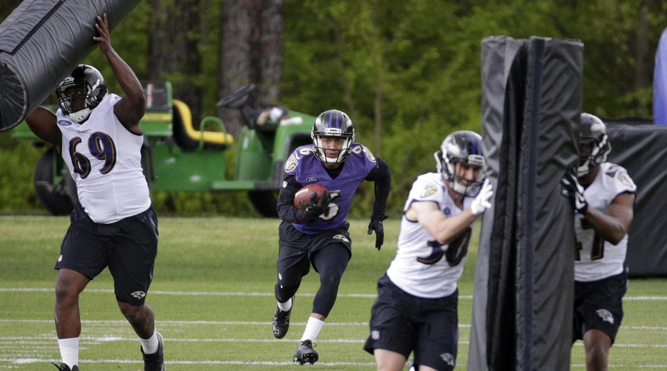 Baltimore Ravens wide receiver Keenan Reynolds, center, runs a drill with teammates during an NFL football rookie minicamp at the team's practice facility in Owings Mills, Md., Saturday, May 7, 2016. (AP Photo/Patrick Semansky)