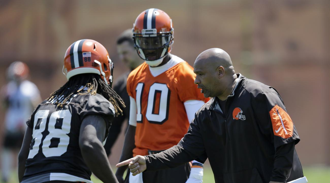 Cleveland Browns head coach Hue Jackson, right, gives directions to tight end E.J. Bibbs, left, and Robert Griffin III during an practice at the NFL football team's training camp facility, Wednesday, May 18, 2016, in Berea, Ohio. (AP Photo/Tony Dejak)