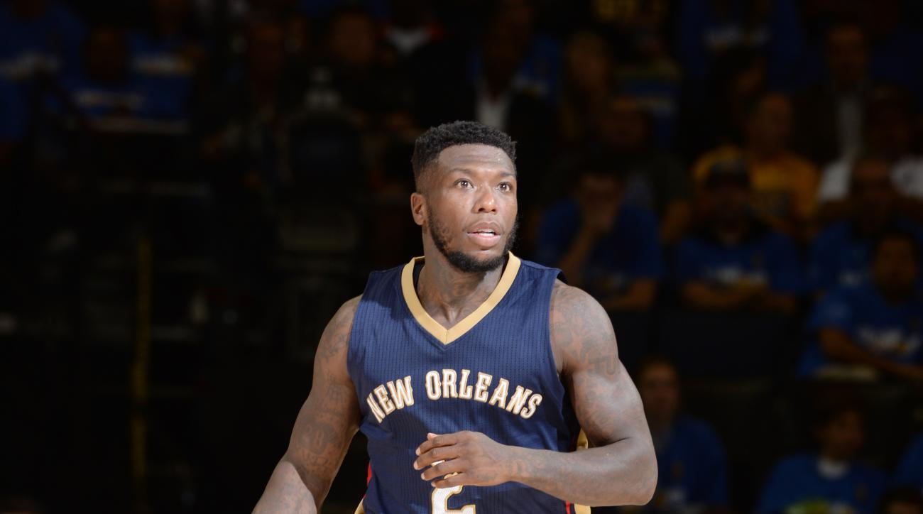 OAKLAND, CA - OCTOBER 27:  Nate Robinson #2 of the New Orleans Pelicans handles the ball against the Golden State Warriors on October 27, 2015 at ORACLE Arena in Oakland, California. (Photo by Andrew D. Bernstein/NBAE via Getty Images)