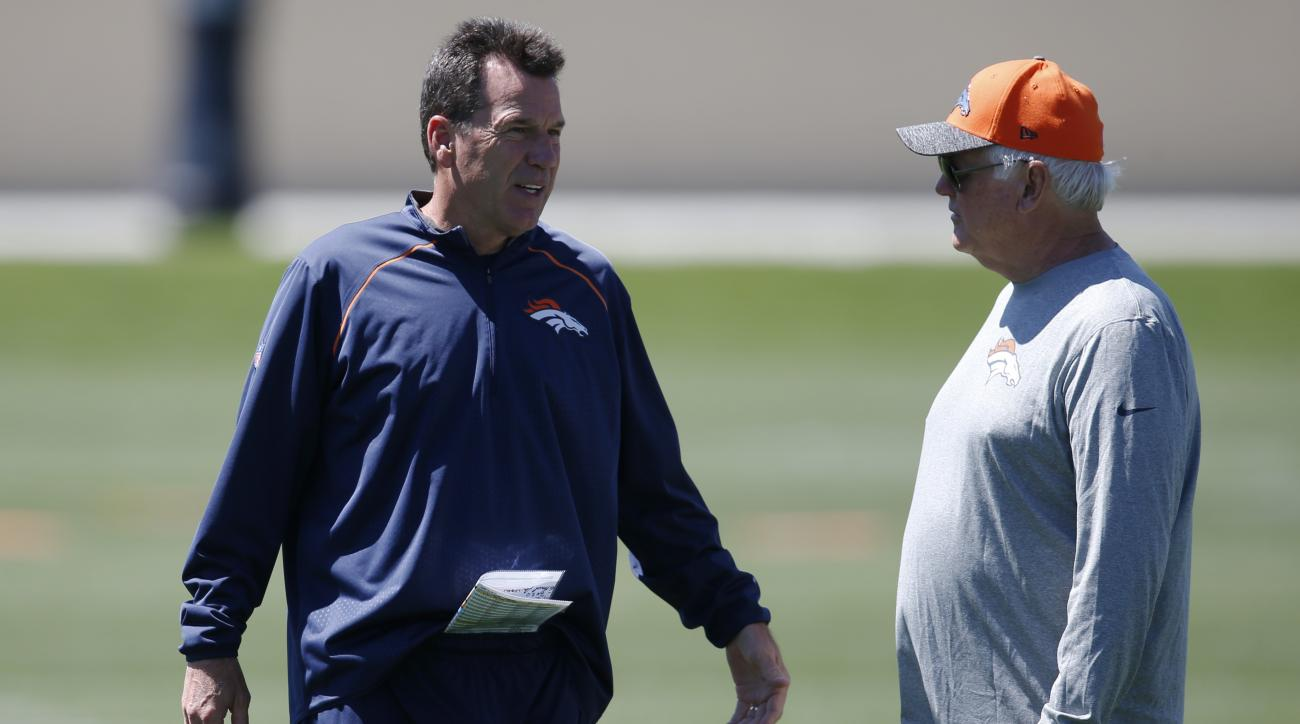 Denver Broncos head coach Gary Kubiak, left, confers with defensive coordinator Wade Phillps during drills at the NFL football team's practice Tuesday, June 14, 2016, at the Broncos' headquarters in Englewood, Colo. (AP Photo/David Zalubowski)
