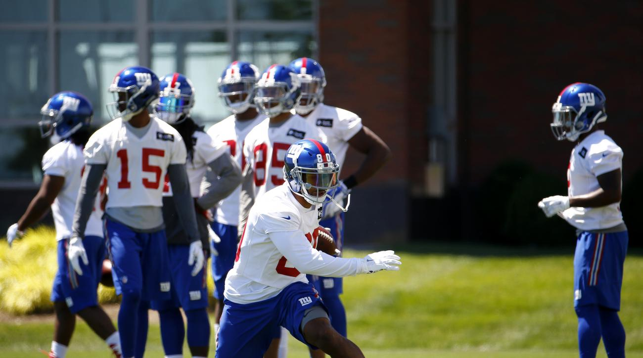 New York Giants wide receiver Victor Cruz, front, runs a drill during the NFL football team's minicamp, Tuesday, June 14, 2016, in East Rutherford, N.J. (AP Photo/Julio Cortez)
