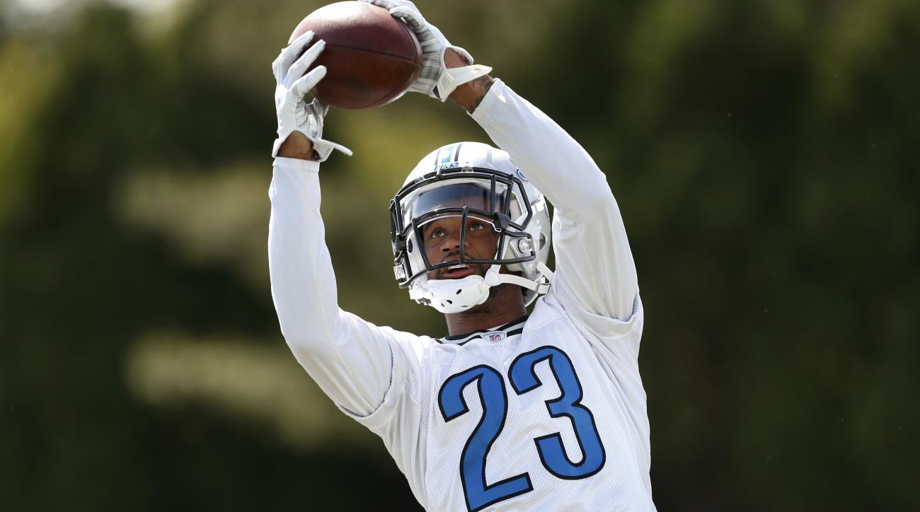Detroit Lions cornerback Darius Slay catches a ball during NFL football practice in Allen Park, Mich., Tuesday, June 14, 2016. (AP Photo/Paul Sancya)