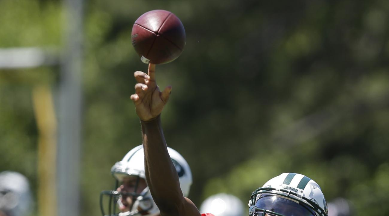New York Jets quarterback Geno Smith, right, throws while Bryce Petty looks on during NFL football practice in Florham Park, N.J., Wednesday, June 15, 2016. (AP Photo/Seth Wenig)