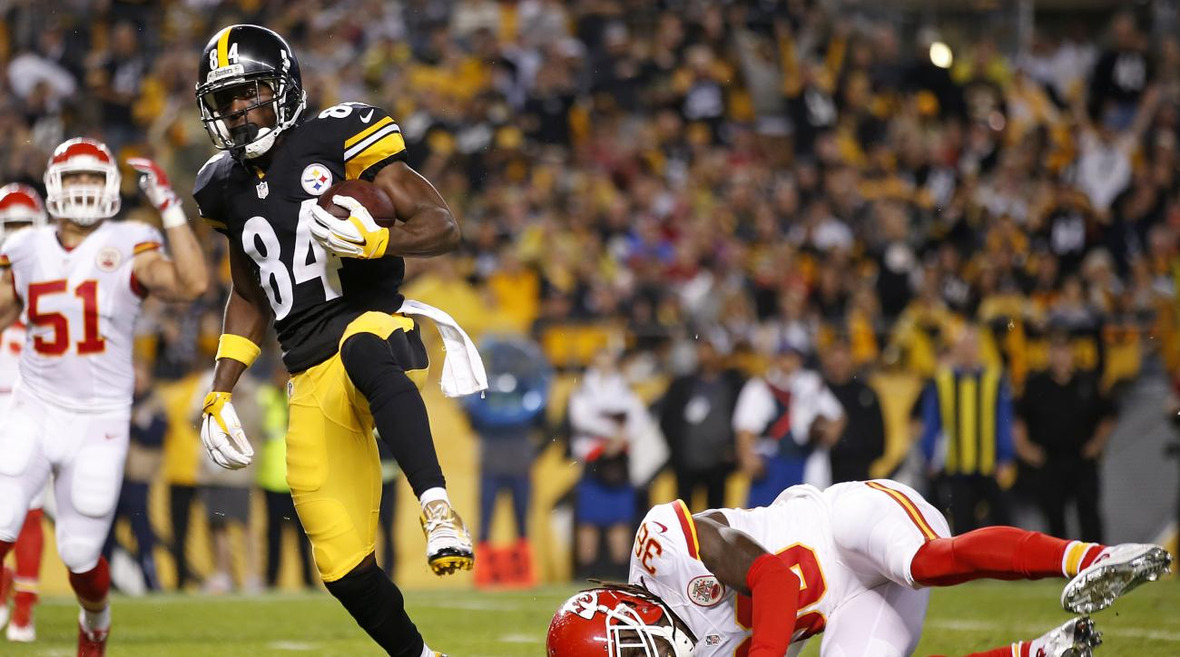 Pittsburgh Steelers wide receiver Antonio Brown (84) scores on a pass from quarterback Ben Roethlisberger, with Kansas City Chiefs free safety Ron Parker (38) defending during the first half of an NFL football game in Pittsburgh, Sunday, Oct. 2, 2016. (AP