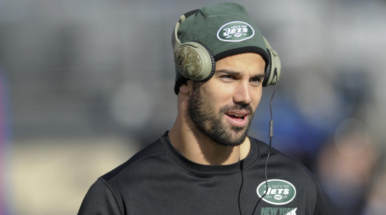 FILE - In this Dec. 6, 2015, file photo, New York Jets wide receiver Eric Decker warms up before an NFL football game against the New York Giants in East Rutherford. Decker, already on injured reserve with a shoulder injury, has undergone surgery on his h