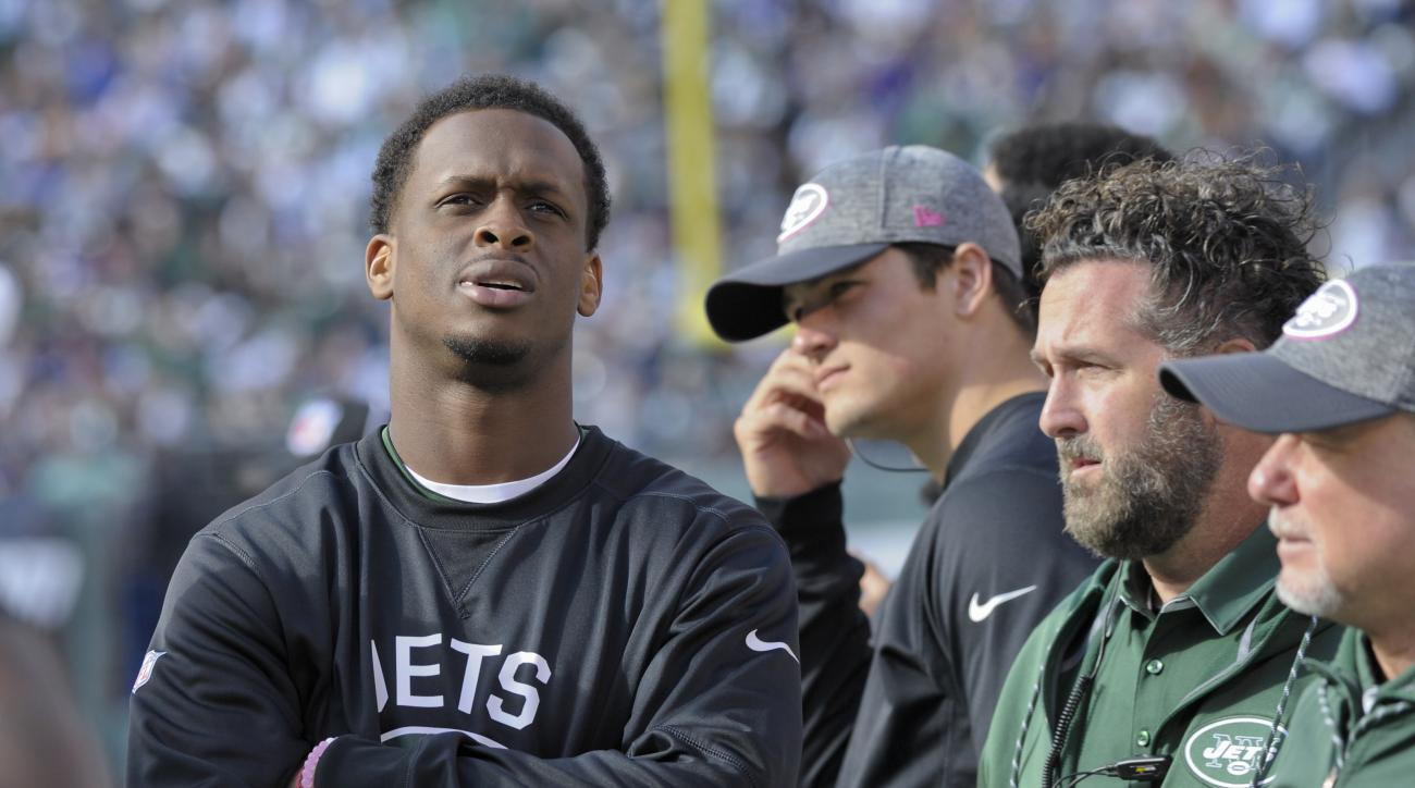 New York Jets quarterback Geno Smith, left, watches play from the sidelines after leaving the game with a knee injury during the third quarter of an NFL football game against the Baltimore Ravens, Sunday, Oct. 23, 2016, in East Rutherford, N.J. (AP Photo/