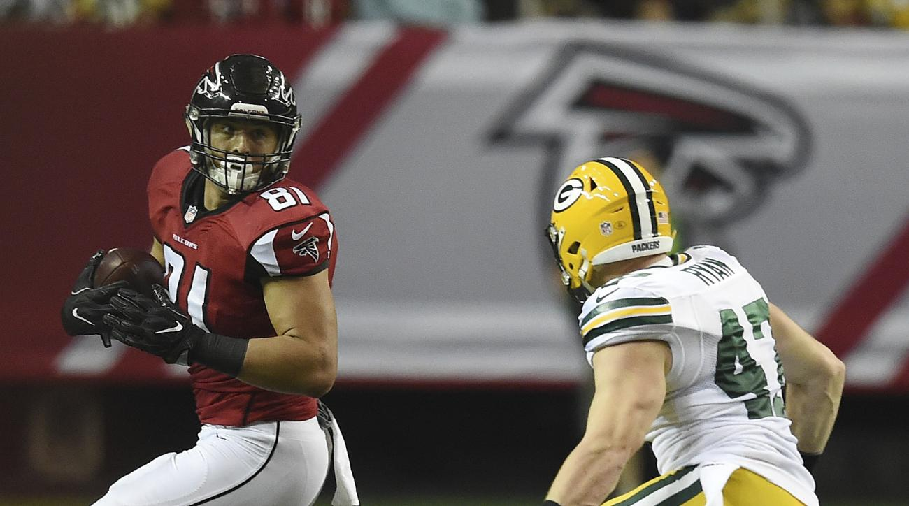 Atlanta Falcons tight end Austin Hooper (81) runs against Green Bay Packers inside linebacker Jake Ryan (47) during the first of an NFL football game, Sunday, Oct. 30, 2016, in Atlanta. (AP Photo/Rainier Ehrhardt)