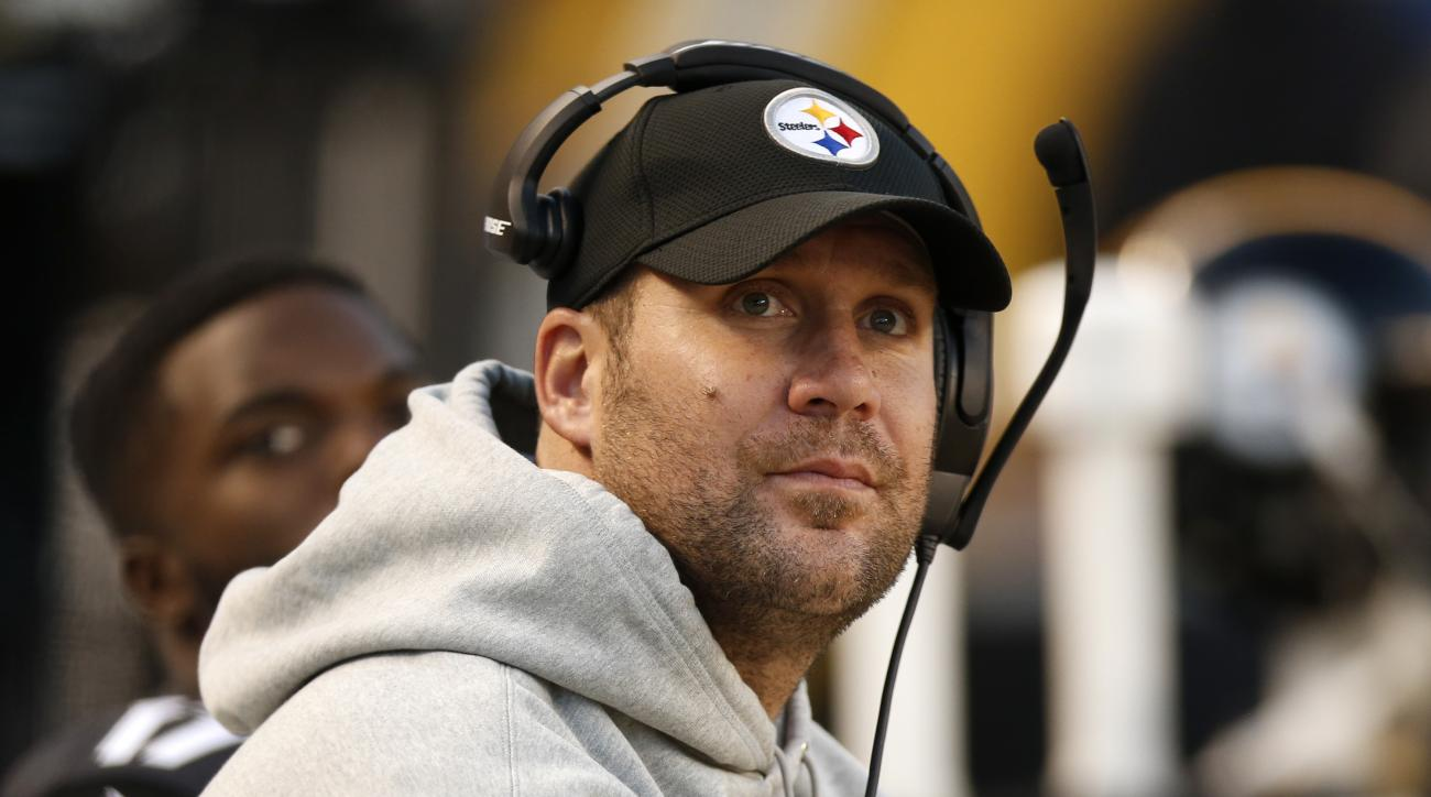 This Oct. 23, 2016 photo shows Pittsburgh Steelers quarterback Ben Roethlisberger looking at the scoreboard during the second half of an NFL football game against the New England Patriots in Pittsburgh. Roethlisberger will make an attempt to play on Sunda