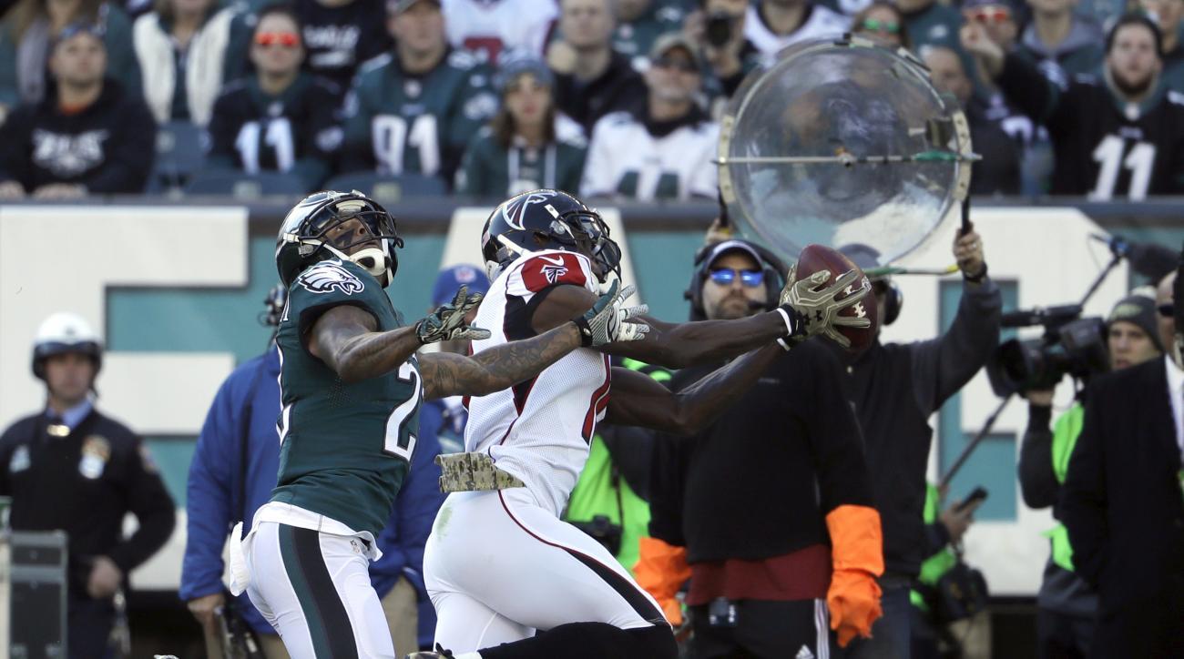Atlanta Falcons' Julio Jones makes a reception during the first half of an NFL football game against the Philadelphia Eagles, Sunday, Nov. 13, 2016, in Philadelphia. (AP Photo/Matt Rourke)