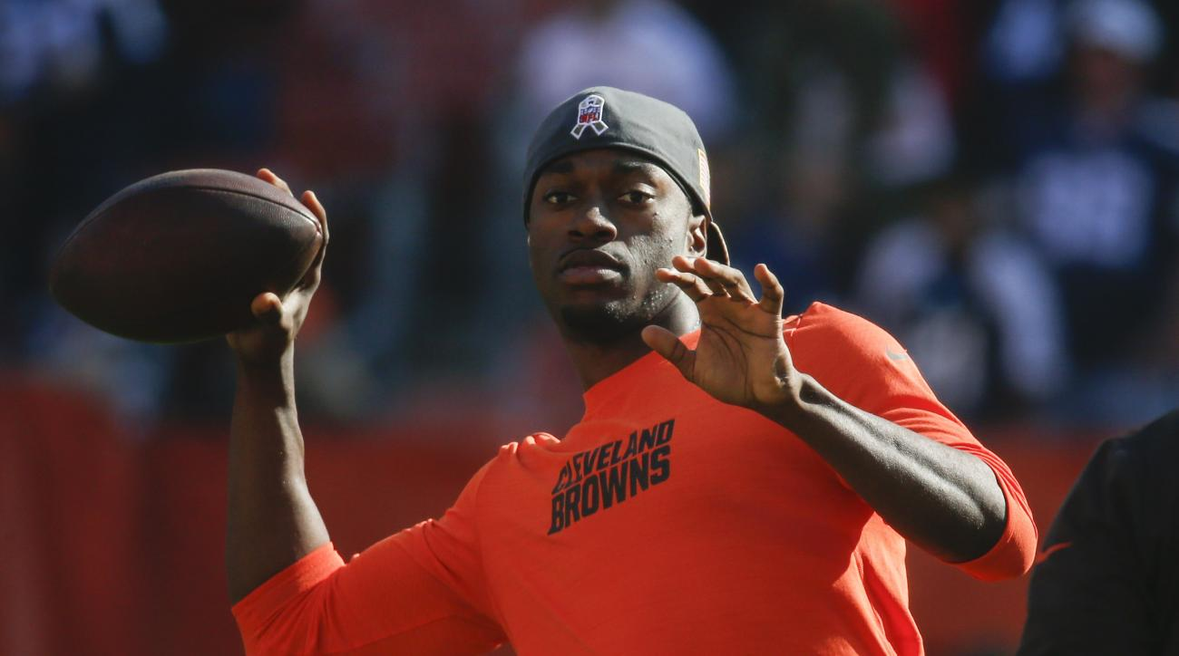 Cleveland Browns quarterback Robert Griffin III, right, practices before an NFL football game against the Dallas Cowboys, Sunday, Nov. 6, 2016, in Cleveland. (AP Photo/Ron Schwane)
